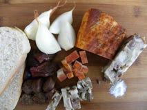 Comida tradicional comida campesina servida frío en tabla de cortar Foto de archivo libre de regalías