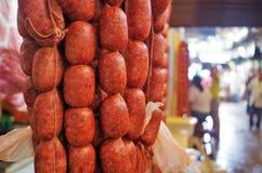 Comida tradicional de Honduras de los chorizos del cerdo en una exhibición Honduras del mercado foto de archivo