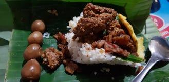 Comida tradicional de Indonesia también conocida con el madiun del pecel del sego en la noche imagenes de archivo