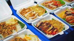 Comida tradicional de la calle en Asia, mariscos en el mercado de la noche almacen de metraje de vídeo