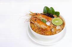 Comida tradicional de la sopa amarga picante de la sopa de Tom Yum Goong o del camar?n en Tailandia imagen de archivo