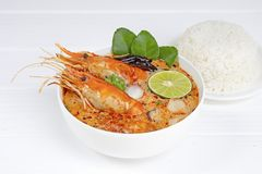 Comida tradicional de la sopa amarga picante de la sopa de Tom Yum Goong o del camar?n en Tailandia foto de archivo libre de regalías