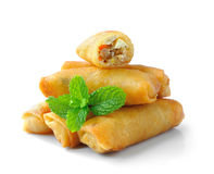 Comida tradicional de los rollos de primavera aislada en los vagos blancos Fotos de archivo libres de regalías