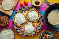 Comida tradicional mexicana hecha a mano de Sopes foto de archivo libre de regalías