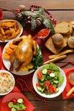 Comida tradicional para la cena de la Navidad, ajuste festivo de la tabla Imagen de archivo libre de regalías