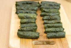 Comida turca, hojas de uva rellena, arroz y especia Foto de archivo