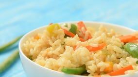 Comida vegetariana - arroz blanco con las verduras almacen de metraje de vídeo