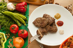 Comida vegetariana contra la carne Fotografía de archivo