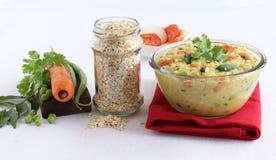 Comida vegetariana india sana de Pongal de la avena con los ingredientes Fotos de archivo libres de regalías