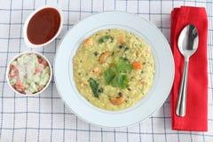 Comida vegetariana india sana de Pongal de la avena con Raita y la salsa de tomate Imagenes de archivo