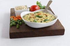 Comida vegetariana india sana de Pongal de la avena y sus ingredientes Foto de archivo libre de regalías