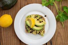 Comida vegetariana sana de la tostada del aguacate en el pan brotado del grano Foto de archivo libre de regalías