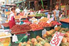 Comida vendedora y de compra de la gente en un mercado tradicional de la fruta y verdura de Taiwán imagen de archivo libre de regalías