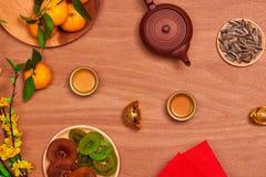Comida vietnamita y bebida del Año Nuevo de la endecha plana en de madera rojo rústico Imágenes de archivo libres de regalías