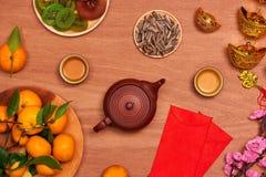 Comida vietnamita y bebida del Año Nuevo de la endecha plana en de madera rojo rústico Foto de archivo