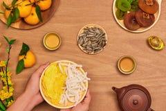 Comida vietnamita y bebida del Año Nuevo de la endecha plana en de madera rojo rústico Fotos de archivo libres de regalías