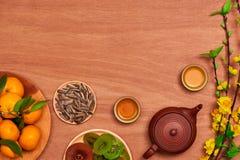 Comida vietnamita y bebida del Año Nuevo de la endecha plana en de madera rojo rústico Imagenes de archivo