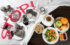 Comida y alcohol sanos y malsanos Dieta después de días de fiesta Foto de archivo libre de regalías