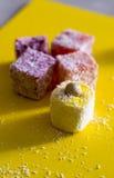 Comida y bebida, aún concepto de la vida Placer turco con las nueces en fondo amarillo Fotos de archivo