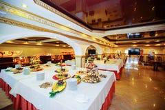Comida y bebidas de lujo en la tabla de la boda DOF bajo Imagenes de archivo