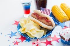 Comida y bebidas en partido americano del Día de la Independencia Imagen de archivo