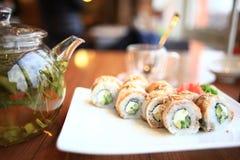 Comida y bebidas en un restaurante imagen de archivo