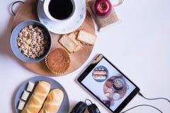 Comida y café clasificados con el cuaderno en la tabla imagen de archivo libre de regalías
