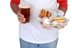 Comida y cerveza que llevan de la fan de deportes Fotografía de archivo