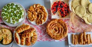Comida y empanadas deliciosas en una tabla Foto de archivo libre de regalías