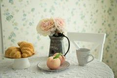 Comida y flores en una tabla de cocina por la mañana fotografía de archivo libre de regalías