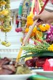 Comida y frutas a la adoración de Buda. Foto de archivo