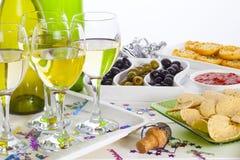 Comida y vino en una tabla de comida fría foto de archivo libre de regalías
