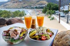 Comida y zumo de naranja griegos tradicionales Fotos de archivo libres de regalías
