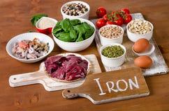 Comidas altas en hierro, incluyendo los huevos, nueces, espinaca, habas, seafoo Imágenes de archivo libres de regalías