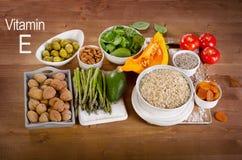 Comidas altas en la vitamina E en una tabla de madera fotos de archivo libres de regalías