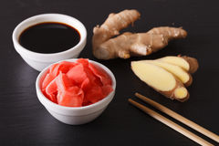 Comidas asiáticas: salsa de soja y jengibre conservado en vinagre en un tablero de la pizarra Hori Imagen de archivo libre de regalías