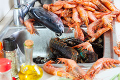 Comidas de mar frescas en el fregadero de cocina Fotos de archivo libres de regalías