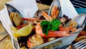 Comidas de mar de la mezcla delicioso servidas imagen de archivo