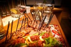 comidas del filete en la tabla en un restaurante Foto de archivo