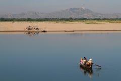 Comidas del transporte de los comerciantes en el bote pequeño en el río de Irrawaddy Foto de archivo