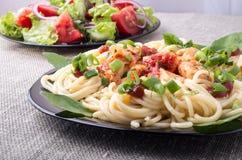 comidas Hogar-cocinadas en una estera gris - ensalada de las pastas y de la verdura Foto de archivo libre de regalías