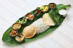 Comidas indias del sur servidas en la hoja del plátano foto de archivo
