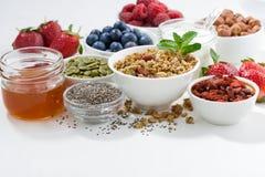 Comidas para la nutrición sana y desayuno en la tabla blanca fotografía de archivo libre de regalías