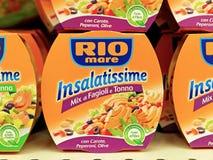 Comidas preparadas de Rio Mare Insalatissime, deliciosas y equilibradas Foto de archivo libre de regalías