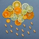 Comidas sanas y concepto de la medicina Píldoras de la vitamina C Imagenes de archivo