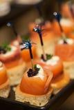 Comidas y fruta para el cóctel en el banquete de boda Imagenes de archivo