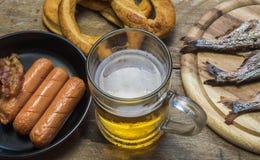 Comidas y taza de cerveza Imagen de archivo libre de regalías