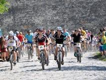 Comience al ciclista aficionado cerca del castillo viejo Foto de archivo libre de regalías