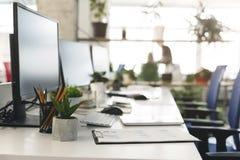 Comience el día laborable, oficina vacía con dado vuelta de los ordenadores imagenes de archivo