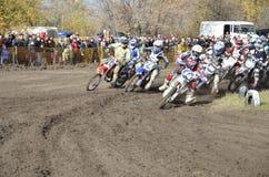 Comience el motocrós, un grupo de competir con de la moto Imagen de archivo libre de regalías